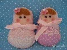 Delicadas Matrioskas, confeccionada em feltro e tecido de algodão, com detalhes em renda, usadas como lembrancinhas de maternidade, nascimento, chá de fralda e outras que você precisar. Todas embaladas individualmente saquinho celofane, com lacinho de cetim rosa. Valor refere-se a unidade. Medem: 7 cm de comprimento x 5 cm de largura. Qualquer dúvida envie um e-mail para: alinequeiroz02@hotmail.com,  deixe um comentário, ou use o campo contatar vendedor. Será um prazer atender você. Aline R$…