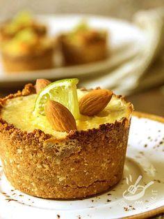 I Mini cheesecake di ricotta mandorle e lime sono dolcetti deliziosi: la nota agrumata del lime si sposa benissimo con le mandorle.
