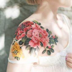 Floral Back Tattoos, Floral Tattoo Design, Flower Tattoos, Tattoo Designs, Geometric Tattoos, Tattoo Ideas, Back Of Shoulder Tattoo, Shoulder Tattoos For Women, Flower Tattoo Shoulder