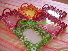 Olá pessoal!!!     É isso mesmo que vocês leram no título da postagem, são Bandejas em Crochê.   Achei a ideia muito criativa, parabéns a a...