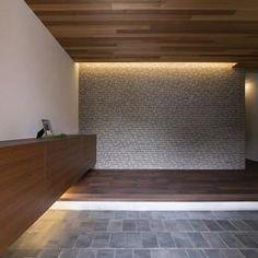 桑原町の家の部屋 玄関 Cove Lighting, Indirect Lighting, Lighting Design, Wood Architecture, Japanese Architecture, House Entrance, Entrance Hall, Modern Japanese Interior, Washitsu
