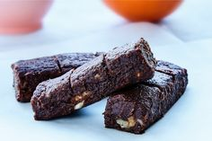 Er du også vild med chokolade? Disse snackbarer er perfekte at hive frem, når chokoladetrangen melder sig.