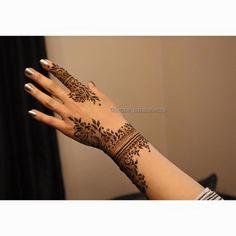 Gorgeous and intricate henna designs created by Nurahshenna Henna Tattoo Designs Simple, Cute Henna Designs, Finger Henna Designs, Arabic Henna Designs, Modern Mehndi Designs, Bridal Henna Designs, Beautiful Henna Designs, Henna Tattoo Hand, Henna Mehndi