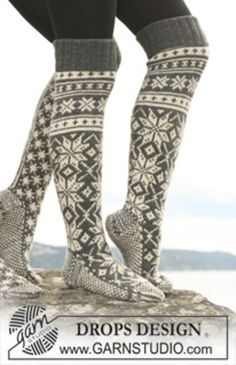 "Knitted DROPS socks with star pattern in ""Karisma"". - Free pattern by DROPS Design Crochet Socks, Knit Mittens, Knitting Socks, Knit Crochet, Ski Socks, Wool Socks, Drops Design, Knitting Patterns Free, Free Knitting"