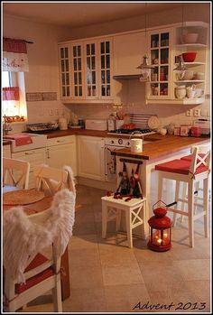 red home accents A wide area of kitchen. Home Decor Kitchen, Country Kitchen, Kitchen Interior, New Kitchen, Kitchen Dining, Design Kitchen, Cottage Kitchens, Home Kitchens, Cocinas Kitchen