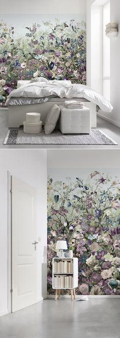 Wie ein Gemälde wirkt die Vlies-Blumentapete an der Wand und bereichert damit vor allen Dingen helle Räume um einen starken Akzent. Das üppige Blumenmuster wirkt wie ein Ausschnitt aus einer Blumenwiese – und ist dank Vlies-Qualität leicht anzubringen.