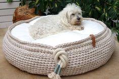 Exklusive massgefertigte Hundebetten aus Textilgarn, aus eigener Manufaktur, made in Switzerland Crochet Pet, Crochet Animals, Crochet Basket Pattern, Laundry Basket, Straw Bag, Wicker, Bags, Design, Home Decor