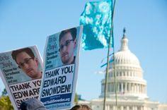 """Más de un millón de personas han enviado sus firmas esperando que Barack Obama """"perdone"""" a Edward Snowden en sus últimos días como presidente."""