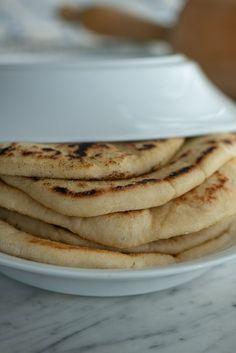 Græske pitabrød: opskrift på nemme fladbrød | Marinas mad Arabic Food, Catering, Healthy Living, Food Porn, Remedies, Food And Drink, Nutrition, Snacks, Dinner