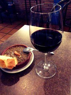 Aperitivo, un vino de la mancha y de tapa...lentejas! Tradición.