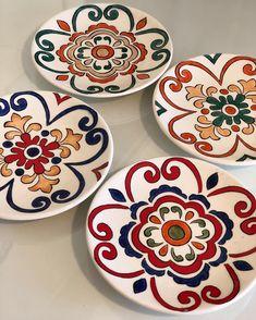 La imagen puede contener: interior y comida Painted Ceramic Plates, Painted Pots, Hand Painted Ceramics, Ceramic Painting, Ceramic Art, Blue Pottery, Pottery Plates, Ceramic Pottery, Pottery Painting Designs