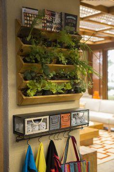 Já pensou em criar uma hortinha dentro de casa? Além de ajudar na hora de preparar as refeições, dá um tom especial à decoração da casa! Essa é a nossa, do programa 'É de Casa', das manhãs da Globo.