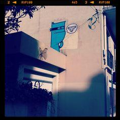 Street art : monstre bleu voleur de culotte. Victime : Adeline (pau)