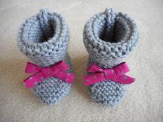 416dcaff41b71 Chaussons naissance bébé tricotés main laine gris et ruban rose vif avec  des étoiles. Chausson