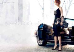 Seductora y en una atmósfera oscura, Nicole Kidman protagoniza la campaña publicitaria Fall/Winter 2013-2014 de Jimmy Choo