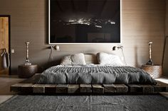 Explore Best Outstanding Low Height and Floor Bed Design Ideas at The Architecture Design. Visit for more images about Low height floor bed design ideas. Wabi Sabi, Diy Bett, Masculine Interior, Masculine Apartment, Masculine Bedrooms, Suites, Deco Design, Design Design, Design Moderne