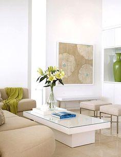 White, green and natural living area in stunning modern beachfront house | Salón en blanco, verde y arena de preciosa casa de playa moderna · ChicDecó