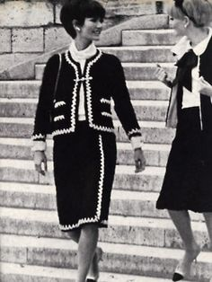Models wearing Chanel Vogue - 1965 [Scanned by Youthquakers] Coco Fashion, Chanel Fashion, 1960s Fashion, Vintage Fashion, Chanel Style, Chanel Jacket Trims, Estilo Coco Chanel, Hollywood, Vintage Chanel