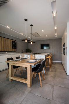Nos encantan las cocinas abiertas como esta, que incorpora una isla central y una mesa anexa para conseguir espacio extra. Kitchen Island For Dining, Open Plan Kitchen Diner, Kitchen Tops, Kitchen Redo, Rustic Kitchen, Dinner Room, New Kitchen Designs, Küchen Design, Dining Room Design