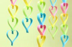 [F]紙テープのハート飾り。カラフルだし柔らかい紙だから表現できる丸み。