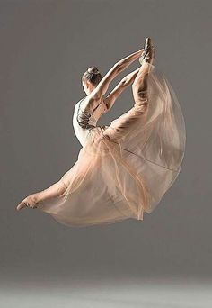 Ideas For Dancing Pictures Poses Ballerinas Belly Dancing Classes, Dance Movement, Dance Poses, Ballet Photography, Ballet Beautiful, Pointe Shoes, Ballet Dancers, Ballerinas, Ballet Leap