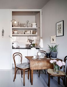 Luxury Small Kitchen You've got a tiny kitchen, we've got dozens of ideas to make it better. - You've got a tiny kitchen, we've got dozens of ideas to make it better. Very Small Kitchen Design, Small Kitchen Tables, Small Dining, Kitchen Dining, Kitchen Decor, Kitchen Cabinets, Kitchen Ideas, Kitchen Shelves, Small Kitchen Inspiration