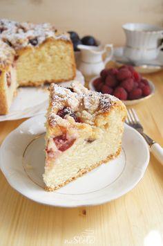 ciasto-drozdzowe-z-malinami-i-sliwkami