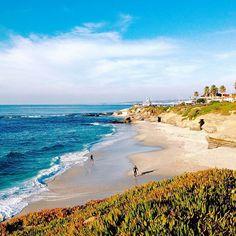 Como disse no primeiro post, a primeira foto era de um dos meus lugares favoritos do mundo, La Jolla! La Jolla fica localizada em San Diego! É uma praia linda! O por do sol lá é incrível! Recomendo muito! Não sei se foi pelo dia que estive lá, tudo o que significou, mas foi muito especial! Existe um site que tem varias dicas de lá: https://www.lajolla.com Caso esteja passando por San Diego, não deixem de conhecer! ☀️#ATWProject . . . #ATWProject #SanDiego #LaJolla #California #EstadosUnidos…