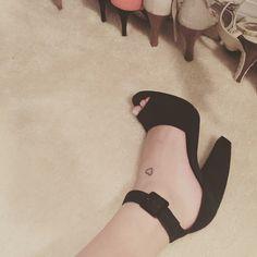 Tatuagem delicada no pé Tatuagem coração contorno Tattoo Feminina, Festival Looks, Character Shoes, Tatoos, Piercings, Peep Toe, Dance Shoes, Future Tattoos, Heels
