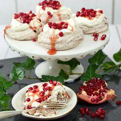 En ljuvlig glutenfri marängdessert med grädde och granatäppelsirap. Lollipop Candy, Candy Cookies, Pudding Desserts, Swedish Recipes, Healthy Desserts, Tart, Panna Cotta, Cheesecake, Deserts