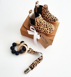 Chelsea Booties - Cheetah Source by Cheetah Clothes, Cheetah Shoes, Newborn Outfits, Kids Outfits, Toddler Fashion, Kids Fashion, Baby Cheetahs, Cute Baby Shoes, Baby Journal