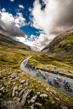 The field descends Pen-y-Pass during the Tour of Britain. Photo: © Jered Gruber. THECYCLINGBUG.CO.UK #thecyclingbug #cycling #bike