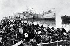 Greek people fleeing from Izmir (then Smyrna) by sea in 1922 In Ancient Times, World War I, New Wave, Middle East, Old Photos, Istanbul, Greece, Nostalgia, In This Moment