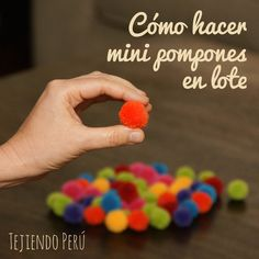 Mini video tutorial del miércoles: cómo hacer mini pompones de lana en lote! Encontramos un uso diferente para los telares redondos Aquí pueden ver el mini video tutorial: http://youtu.be/TwyGc67MZfk This video includes English subtitles