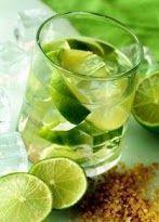 """Caipirinha  Il termine deriva dal diminutivo della parola portoghese """"Caipira"""", usata per identificare gli abitanti con minore scolarizzazionedell'entroterra brasiliano.  In un bicchiere old fashioned, versate il Rum e il succo di mezzo lime. Usate l'altra metà del lime, scavate la polpa e pestatela insieme allo zucchero e con del ghiaccio tritato. Aggiungete il tutto nel bicchiere, mescolate e la Caipirissima è pronta."""