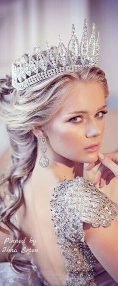 Almost every bride want to feel like a queen on her wedding day. Crown is pretty much the hottest trend going in bridal hair accessories weddings. These worthy crowns Wedding will make a stunning a… Queen Crown, Crown Royal, Glamour, Bridal Crown, Tiaras And Crowns, Crown Jewels, Dream Wedding, Elegant, Wedding Dresses