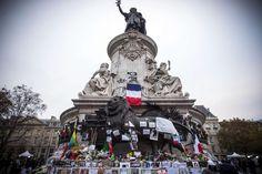 16.11 De nombreuses personnes ont rendu hommage aux victimes des attentats de Paris en déposant des fleurs, des lettres et des drapeaux au pied du monument de la République.Photo: AFP/Lionel Bonaventure