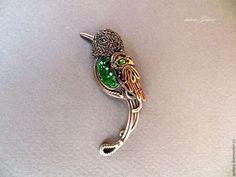 Brosh with uvarovite (autore Galina) Metal Clay Jewelry, Copper Jewelry, Copper Wire, Wire Jewelry, Jewellery, Wire Wrapped Pendant, Wire Wrapped Jewelry, Textile Jewelry, Beads And Wire