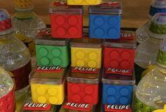 Caixinha de acrílico forrada imitando peças de lego com aplique em scrap do logo lego na tampa.  As caixinhas vão sem guloseimas.  Tamanho 4x4cm
