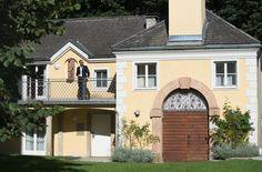 hoteleigene Kapelle in der Parkanlage des ARCOTEL Castellani Salzburg #wedding #heiraten #Hochzeit Salzburg, Hotels, Restaurant, Mansions, House Styles, Home Decor, Celebrations, Recovery, Getting Married