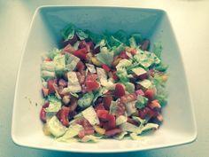 Wiosenna sałatka z zielonego ogórka, sałaty, czerwonej i żółtej papryki oraz sosu sałatkowego typu greckiego ziołowo-czosnkowego.