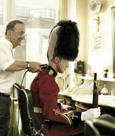 insolite coiffeur garde rasage royal tete