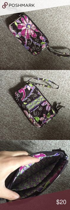 Vera Bradley Wristlet Perfect condition! Open to reasonable offers:) Smoke free home Willing to bundle for discounts, check out my closet! Ask to model:) Vera Bradley Bags Clutches & Wristlets