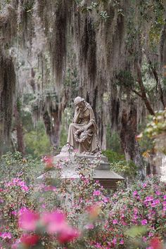 Statue in Bonaventure Cemetery in Savannah, I photographed this same one a few years ago. A sad but moving statue. Cemetery Angels, Cemetery Statues, Cemetery Art, Angel Statues, Recoleta Cemetery, Bonaventure Cemetery, Blog Art, Old Cemeteries, Graveyards