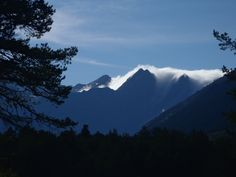 Valle de Pineta. Pirineo Aragones. Las nubes francesas cruzan sobre la punta de Forcarral. Es el denominado efécto foenh.