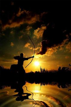 Kyudo 弓道 - Hoje é praticado como uma forma de desenvolvimento da pessoa em sentido integral, através do corpo nos seus componentes físicos e mentais. A verdade do kyudo está na unidade de três princípios, (1) a estabilidade do corpo, (2) a estabilidade da mente e (3) a estabilidade do arco. Dedicar-se e concentrar-se completamente no tiro é, então, um objetivo que está para além do mero acertar o alvo.