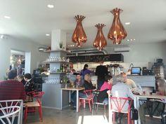 Kolm Sibulat ravintola tarjoaa jännittäviä makuelämyksiä ympäri maailmaa. Mm. nuudeliruokia. Sisustuksessa yhdistyvät vanha puutalo ja modernit design-huonekalut.
