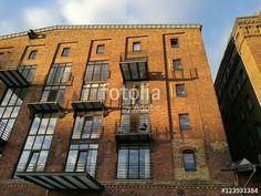 Schönes altes Lagerhaus mit Backsteinfassade und modernen Balkons an der Hafenpromenade in Münster in Westfalen im Münsterland