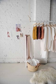 Kledingrek, wit, wall, white, stenen muur, white floor, witte vloer, planken, slaapkamer. Je leest het op http://www.stijlhabitat.nl/inspiratiezaterdag-no-51/