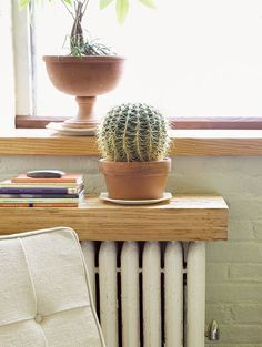 Discover the most stylish radiator cover ideas from the home decor experts at Domino, including built-in shelves, bookcases, and more! Learn how to hide your radiator in summertime. Diy Radiator Cover, Radiator Shelf, Radiator Ideas, Built In Shelves, Wood Shelves, Old Radiators, Bedroom Radiators, Diy Home Decor, Room Decor